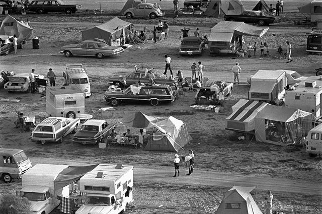 Туристы, приехавшие посмотреть запуск «Аполлона-11», неподалёку от Космического центра имени Кеннеди во Флориде.
