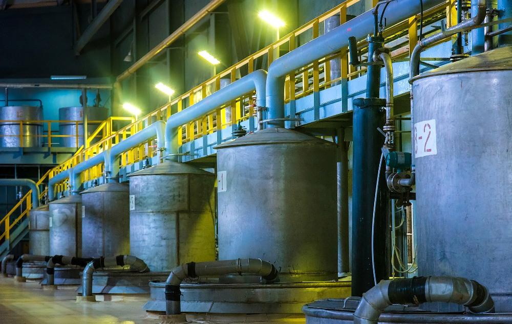 На заводе в ёмкостях обрабатывают полученный из шахт раствор.