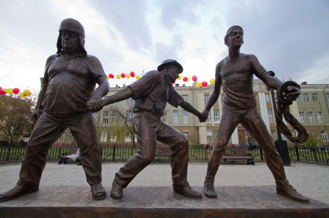 Памятник режиссёру Леониду Гайдаю и героям его фильмов: Трусу, Балбесу и Бывалому установлен в центре Иркутска