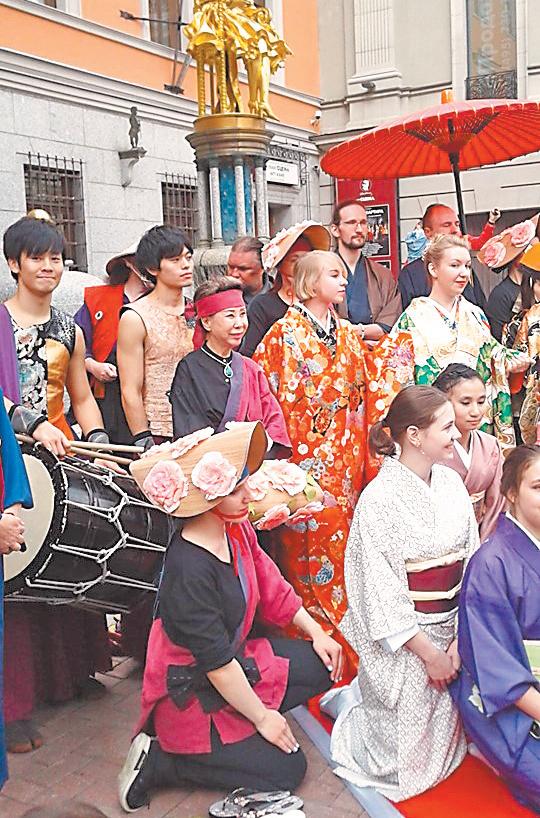Танцоры клуба, облачившись вкимоно, приняли участие вкрасочном шествии фестиваля БУДО  «Путь ксовершенству» наСтаром Арбате.