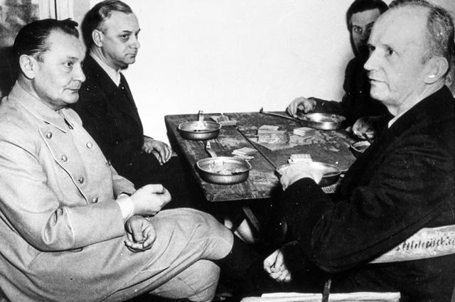 Герман Геринг и Альфред Розенберг (слева) во время обеденного перерыва на Нюрнбергском процессе.