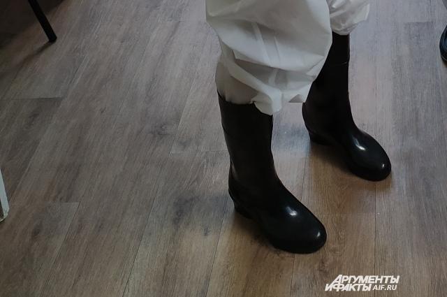В защитный костюм входят резиновые сапоги, в которых очень жарко при +25.
