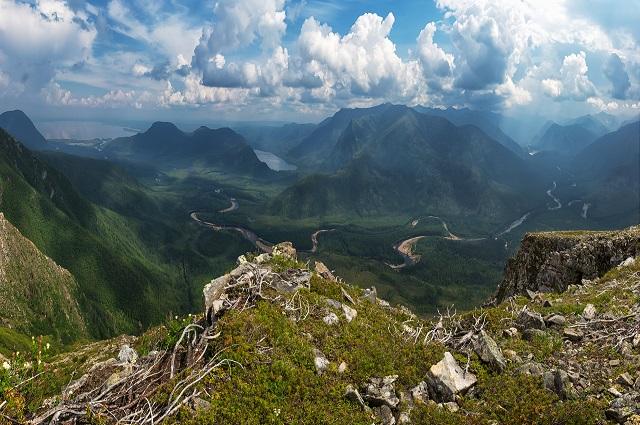 Слева - озеро Большое Токо, которое за его размеры (82 км) называют вторым Байкалом.
