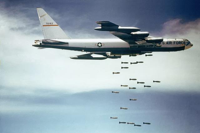 B-52F сбрасывает бомбы Mk 117 750 lb (340 кг) во время Вьетнамской войны. Фото 1965—1966 гг.