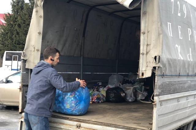 Насобирали столько крышечек, что пришлось заказывать машину для вывоза.