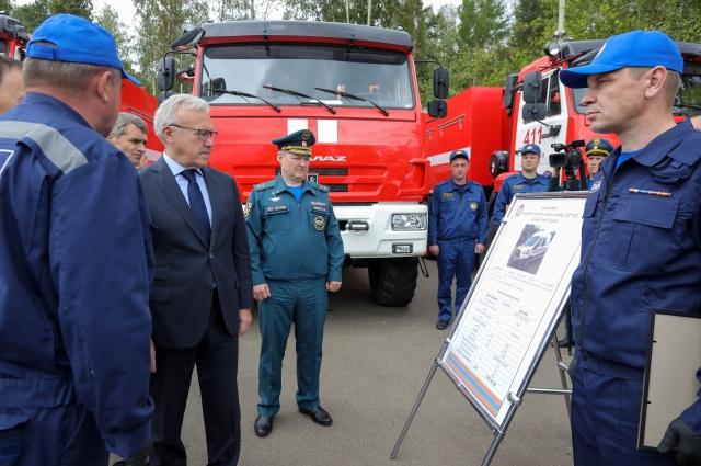 Ключи от спецтехники вручил губернатор Александр Усс.