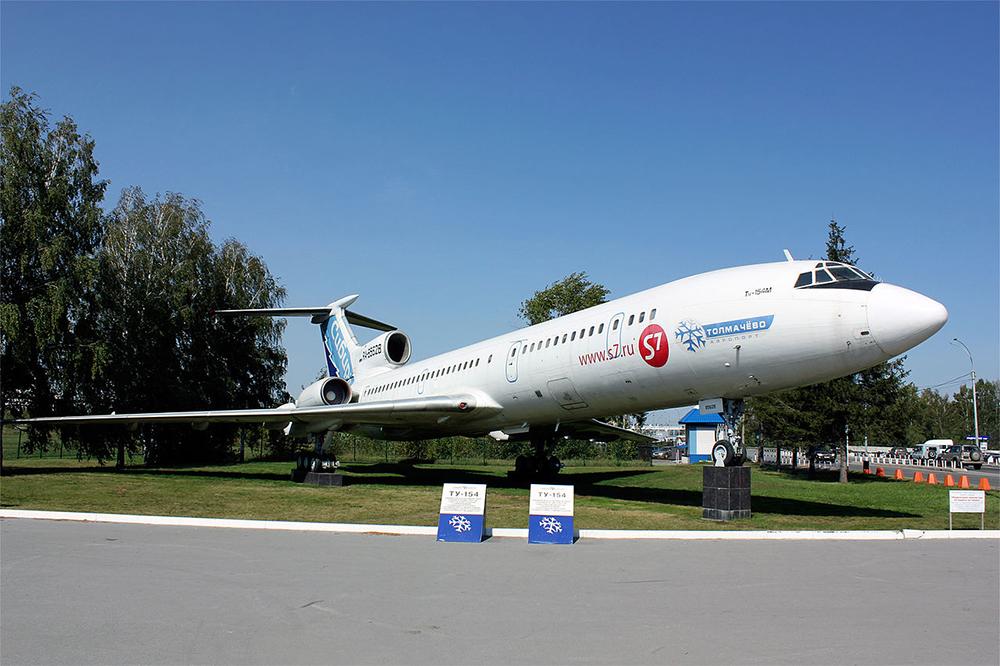 Ту-154М борт RA-85628 около новосибирского аэропорта Толмачёво.