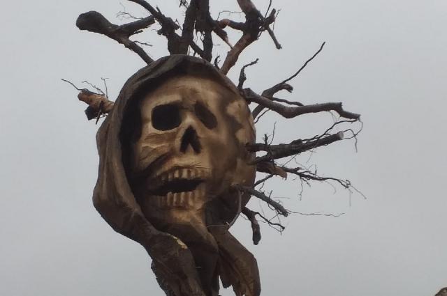 Скульптура символизирует триединство Земли, смерти и вируса