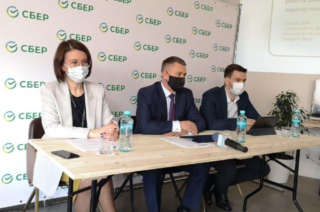 На пресс-конференции руководящего состава Тверского отделения Сбербанка: Татьяна Авдеева, Виктор Аршинов и Юрий Стейскап.