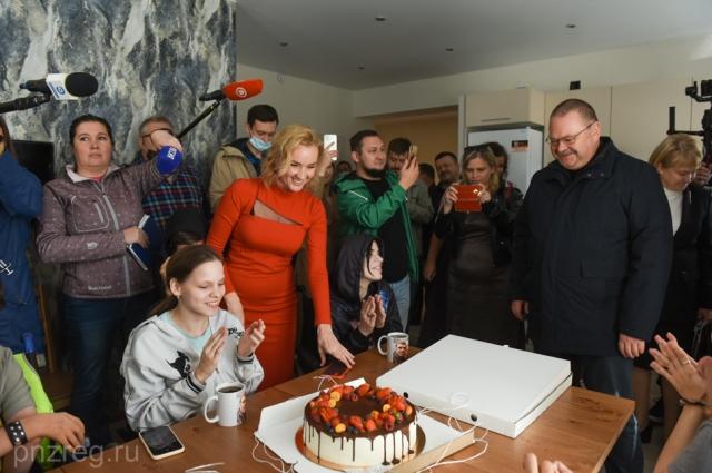 Новоселам в Новые берега Олег Мельниченко привез большой пирог