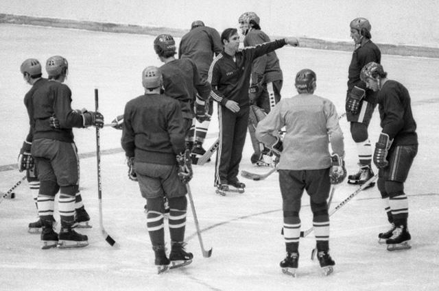 Старший тренер ЦСКА Виктор Тихонов дает указания хоккеистам во время тренировки, 1977 г