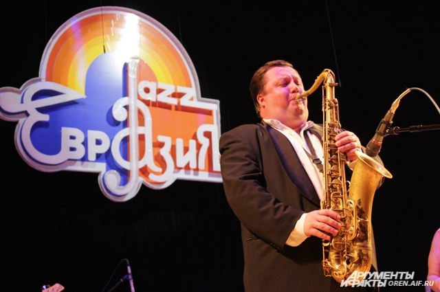 Саксофон - один из ведущих музыкальных инструментов в джазе