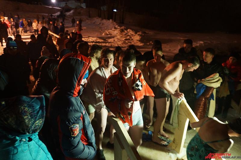 Алексей Гречищев рекомендует купаться не в саму Крещенскую ночь, когда у купелей будут толпы народа, а в любое другое время.