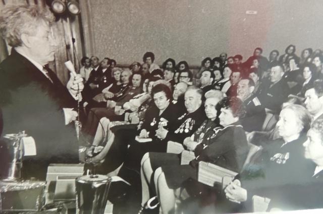Георгий Синяков ведёт встречу ветеранов войны.