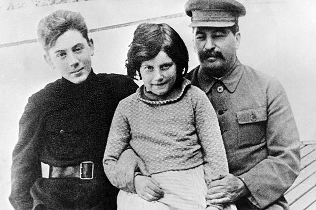 Сталин с детьми Светланой и Василием.