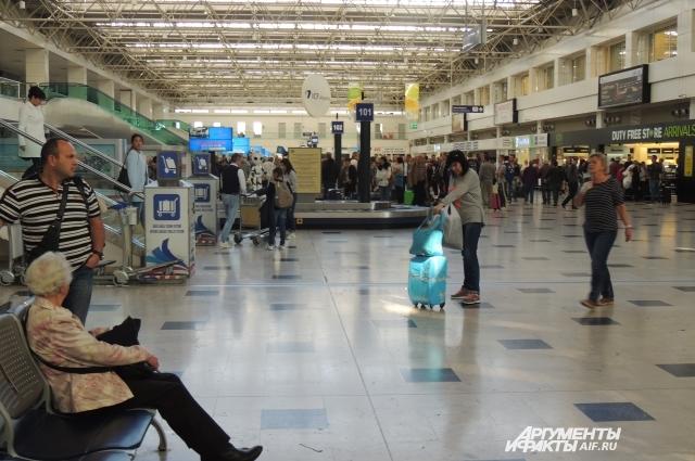 Международный аэропорт Анталии полон туристов.