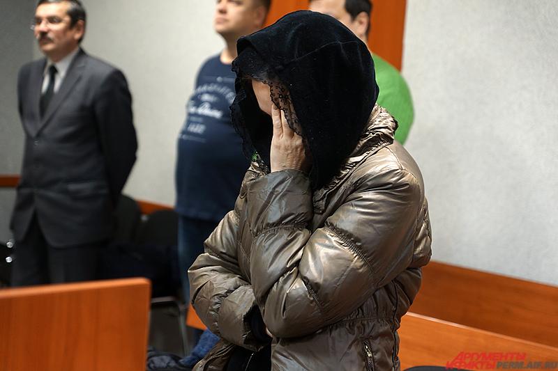 бвиняемая пришла на заседание с сумкой и скрывала лицо от журналистов.