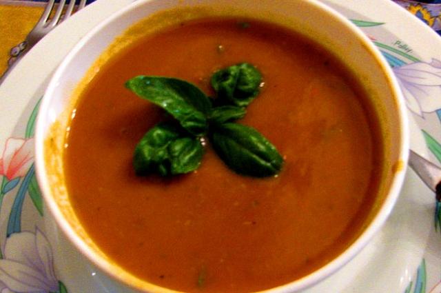 Творог можно положить в сам суп или подать его отдельно.
