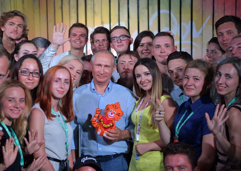 Президент РФВладимир Путин вовремя посещения ежегодного Всероссийского молодежного образовательного форума «Таврида» наБакальской косе.