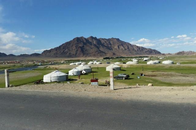Монголия неплохая, но во многом одинаковая: мало красок, много юрт, стада овец и коз.