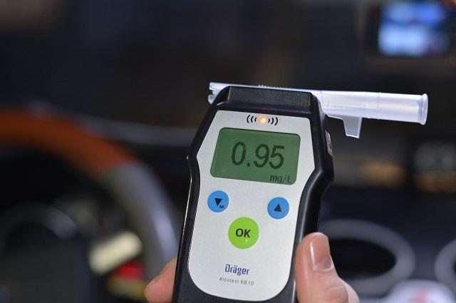 Если человек пьяным сел за руль - это признак алкогольной деградации.