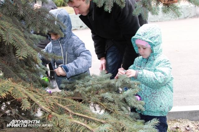 На празднике «Живая ёлочка» дети нарядили хвойные деревья своими игрушками.