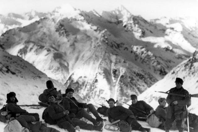 Немецкие солдаты на привале в горах Северного Кавказа. 22 декабря 1942