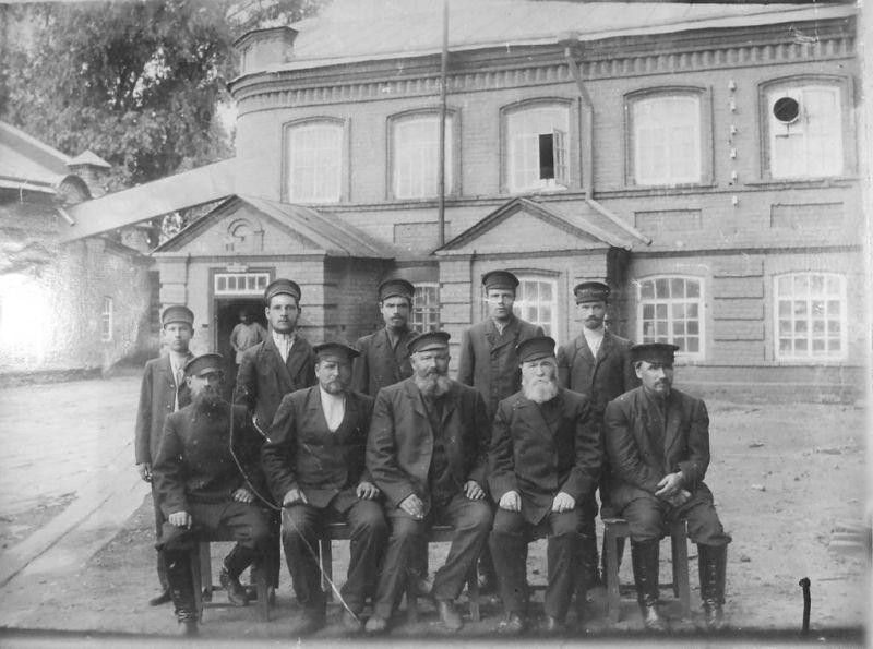 Марков со специалистами своей мельницы.