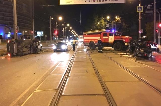 Иномарка ехала по трамвайным путям.