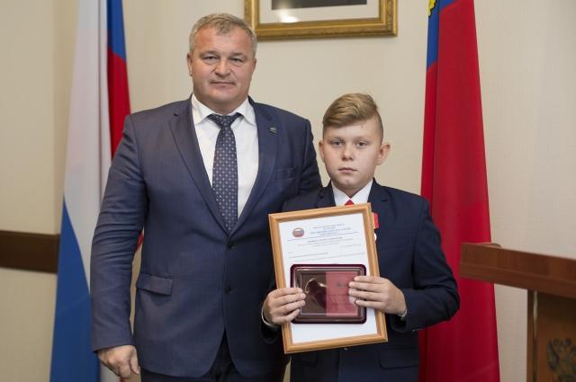 Илья Ковешников не побоялся повисеть над колодцем ради спасения первоклашки.