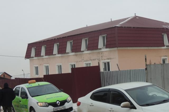 Это строение находится в ста метрах от места ЧП - он, предположительно, тоже многоквартирный.