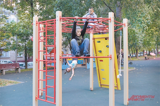 Для долгих променадов жители Хорошёвского района отправляются в Берёзовую рощу, а вот такие обновлённые детские площадки идеальны для прогулки после школы.