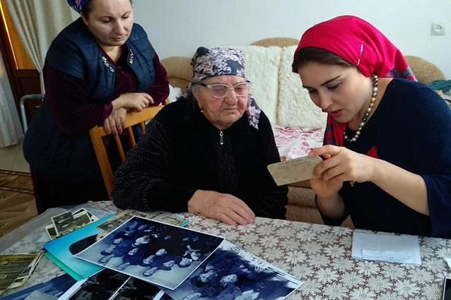 Танзила Дзаурова собирает этнографические материалы, общаясь со старожилами.