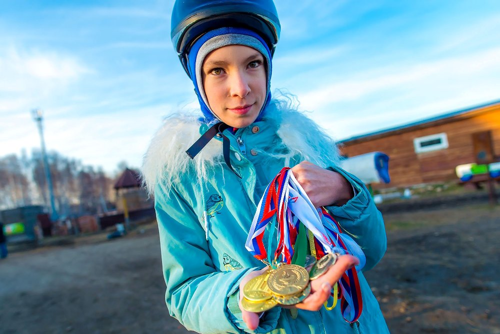 Юная наездница уже завоевала немало медалей.