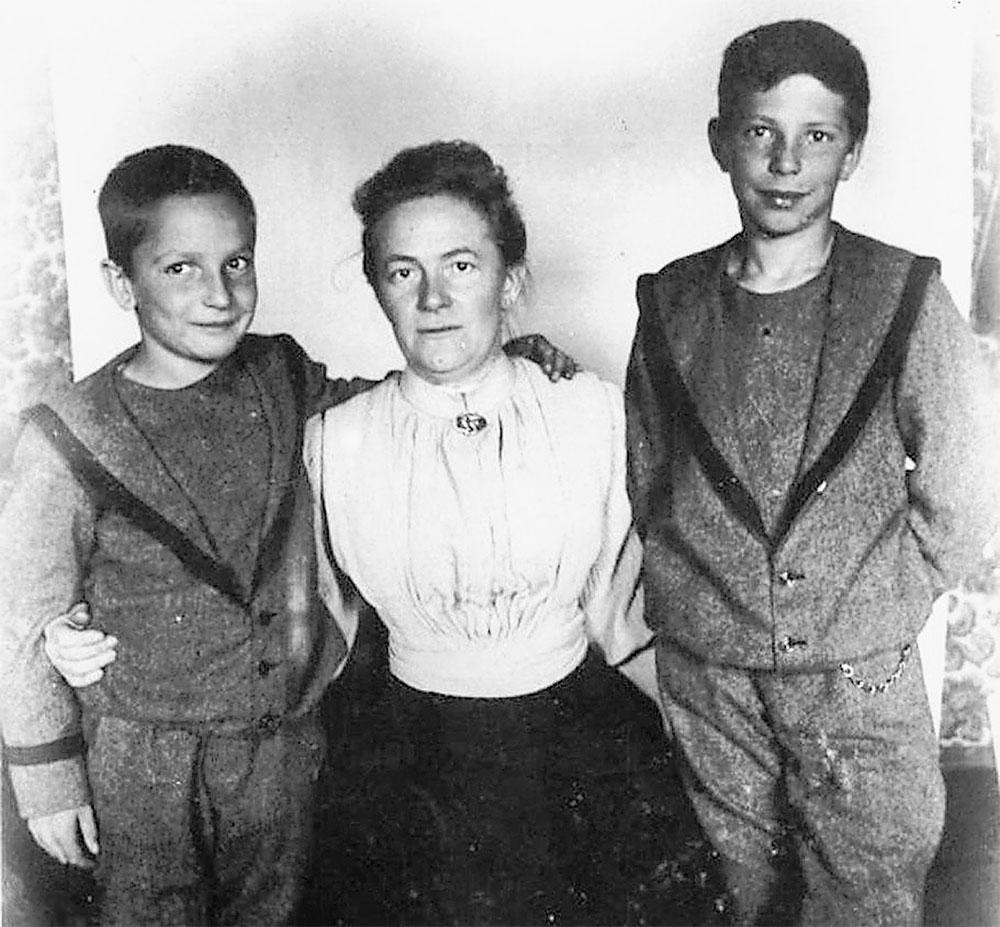 Клара Цеткин со своими сыновьями Костей (слева) и Максимом.