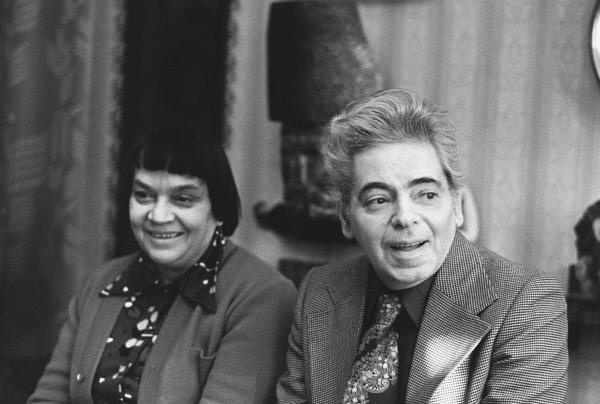 Аркадий Исаакович Райкин и его жена Руфь Марковна Иоффе у себя дома. 1980 год.
