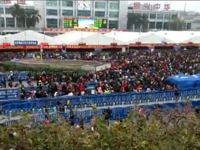 Толпа народа на вокзале в Китае.