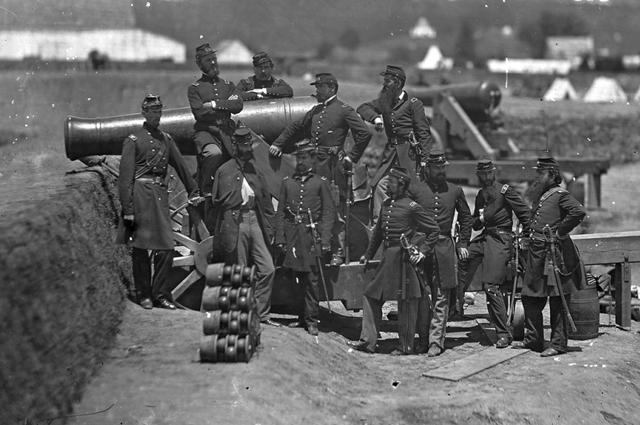 Офицеры 69-го нью-йоркского пехотного полка вместе с полковником Майклом Коркораном, форт Коркоран, Вирджиния.