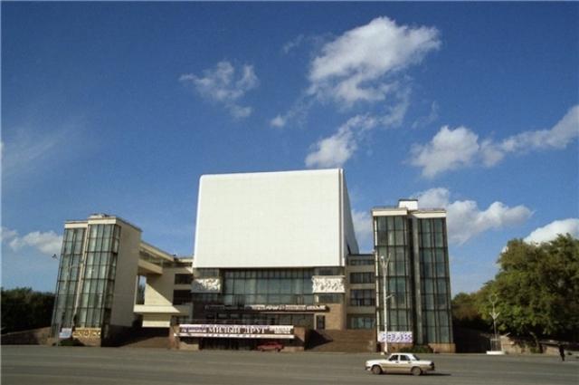 В 1935 году завершилось строительство театрального здания, которое по замыслу архитекторов походило на гигант¬ский трактор.