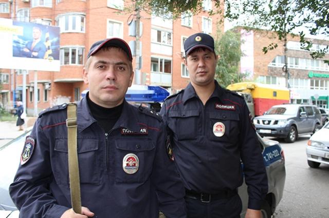 Прапорщик Ю.А. Кусмарцев и старший сержант полиции П.В. Хазов