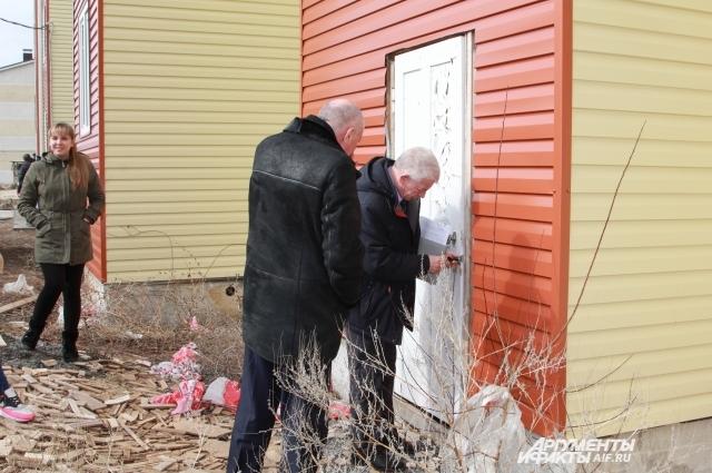 Под напором депутатов представителю администрации пришлось открыть дверь.