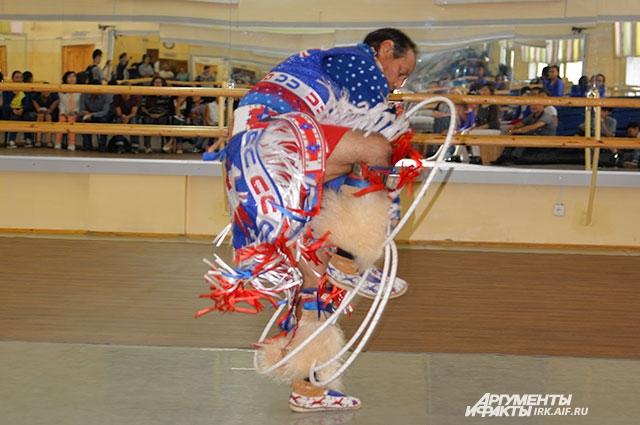 Завораживающие шаманские танцы привлекали большое количество зрителей.