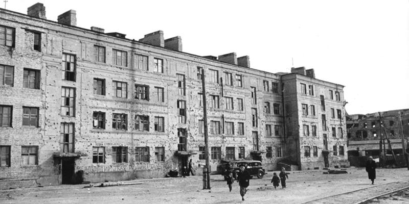 Дом Павлова после Великой битвы и мемориал на его фасаде, который теперь показывают туристам.