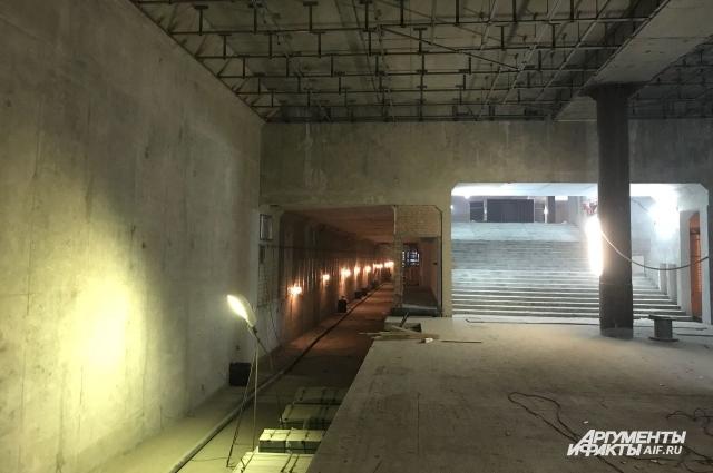 На стройплощадку уже прибыл уральский гранит для отделки новой станции, идёт монтаж подвесных потолков - они будут из композитных материалов.