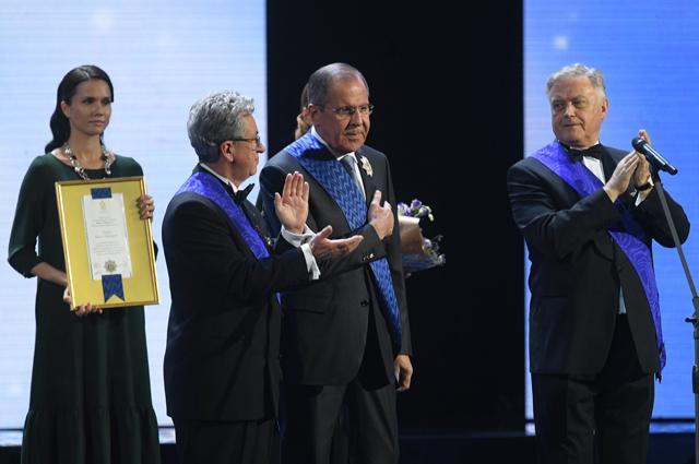 Сергей Лавров (в центре) и председатель попечительского совета Фонда Андрея Первозванного Владимир Якунин (справа).