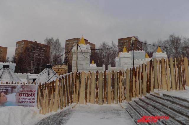 Вместо привычного ледового городка на Центральной площади впервые появился снежный «Сказбург», окружённый деревянным забором.