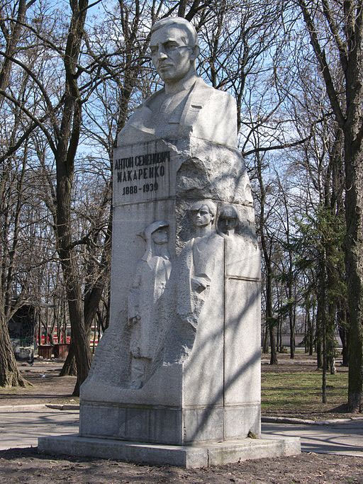 Памятник Антону Макаренко в Харькове
