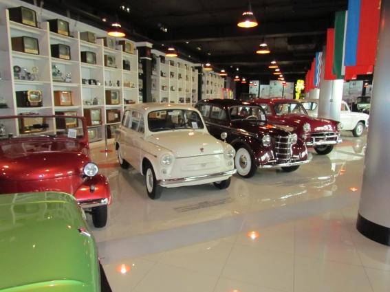 Интересную часть коллекции составляют ретро-автомобили