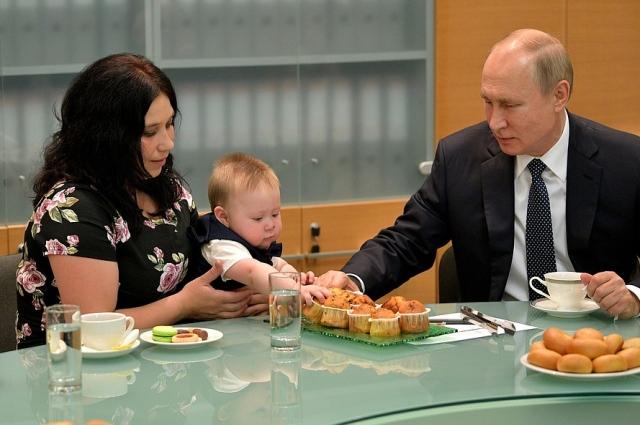 Во время встречи с семьёй Сыропятовых президент   угостил тёзку пирожным.
