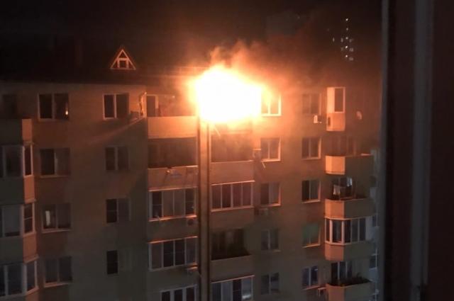 Очевидцы считают, что именно с этой квартиры начался пожар.